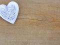 Zartes Herz auf Holzhintergrund